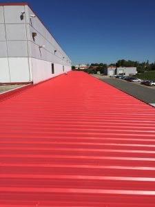 protection d'une toiture de tôle de couleur rouge