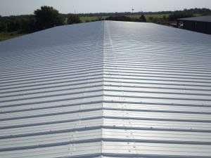 large toiture métallique de couleur grise