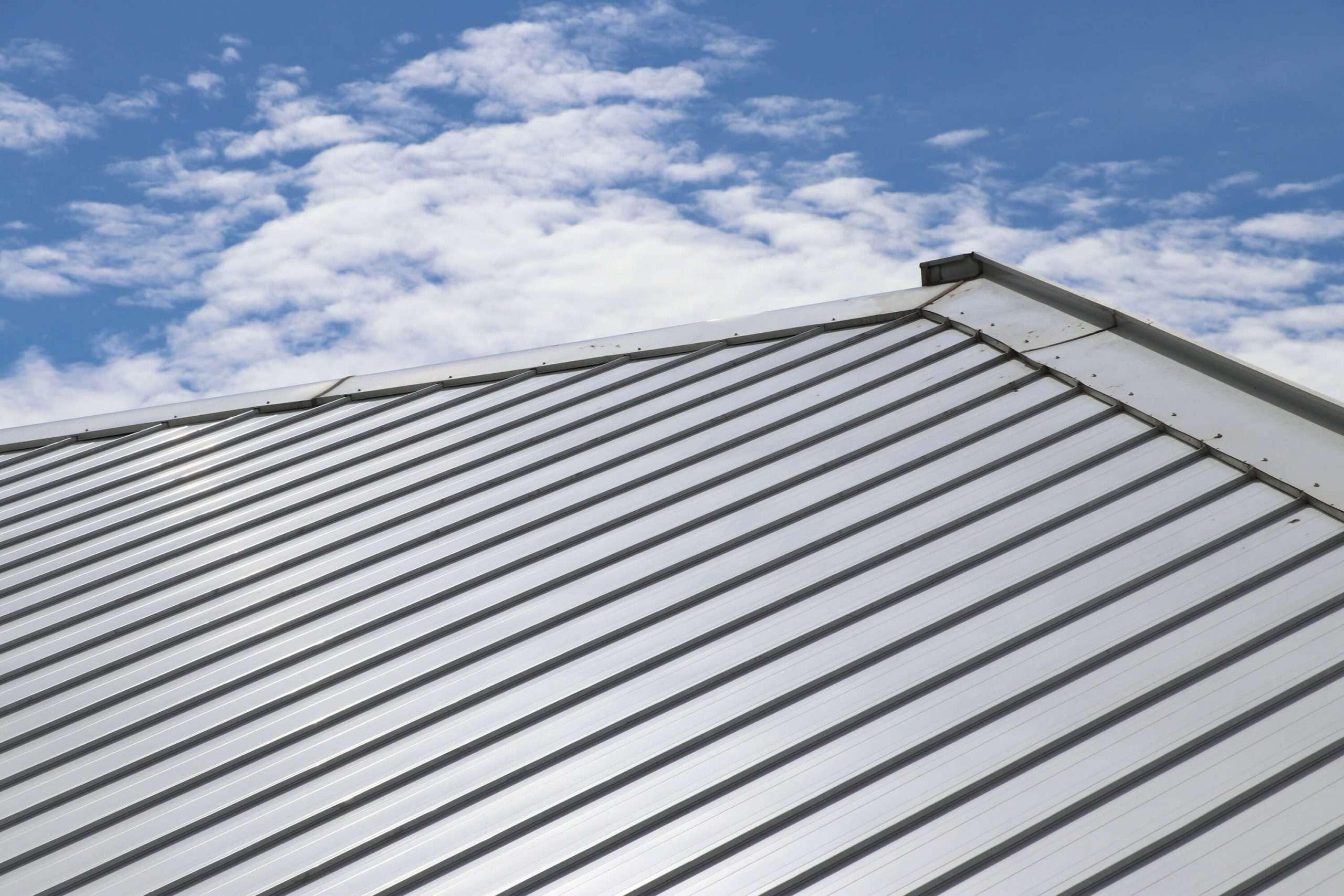 5 conseils pour entretenir sa toiture de tôle   Toitures Urbi